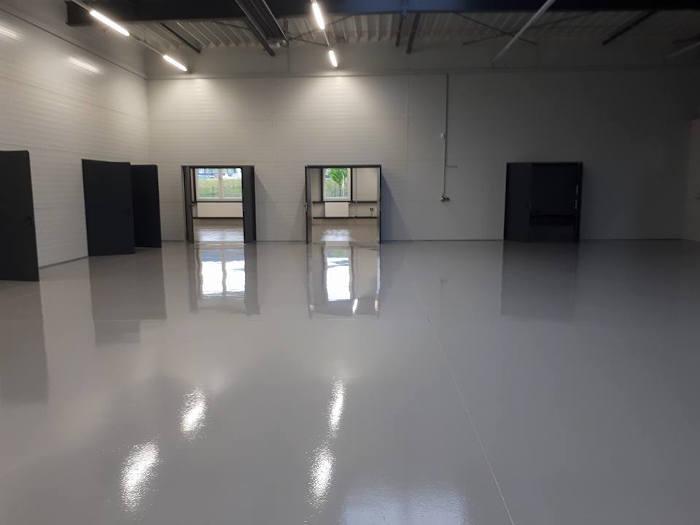 Ein hochwertiger Epoxidharz-Fußboden, in dem man sich spiegeln kann